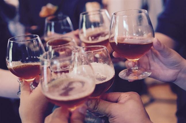 En betydande del av smittspridningen sker nu när unga möts bland annat på barer, uppger Institutet för hälsa och välfärd.
