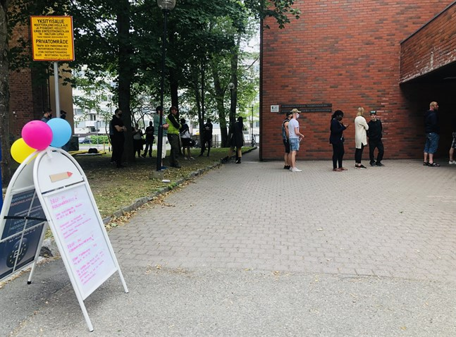 Kön till drop in-vaccineringen i Vasa ringlade sig lång.
