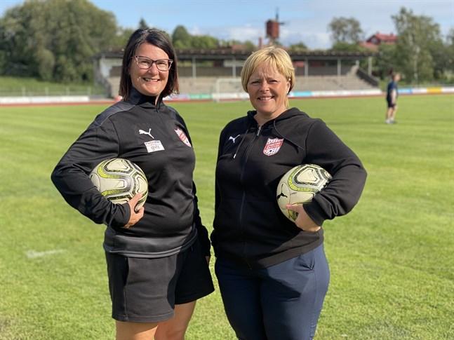 Nina Pihl, till vänster, och Anki Timmerbacka håller i trådarna för Sportings fotbollsskola som startar nästa vecka.