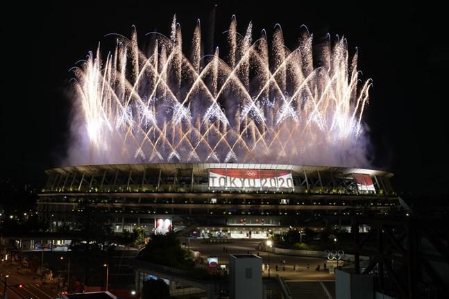 Fyrverkerier runt Olympiastadion i Tokyo under invigningen.