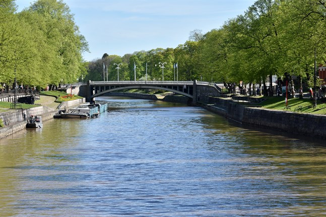 Den senaste tiden har många personer smittats i nattklubbar och i folkvimlet vid Aura å på kvällarna, uppger Åbo stad.
