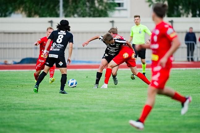 Alex Ramsay i Jaro Joonas Lakkamäki i MuSa kämpar om bollen, medan Tuomas Lähdesmäki och Naoki Maeda skyndar till.