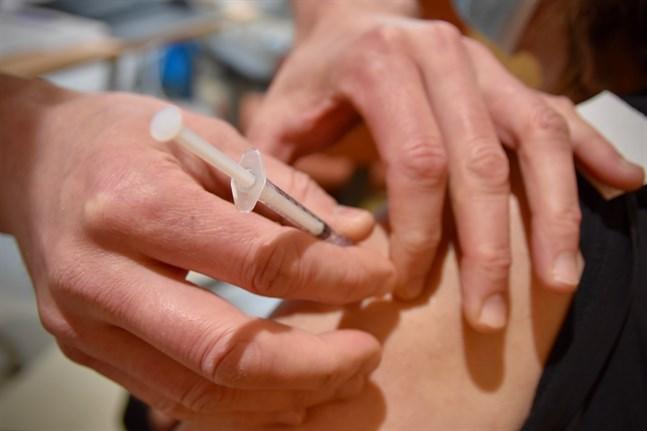 Glöm inte bort den andra vaccindosen under sommaren, påminner Institutet för hälsa och välfärd.