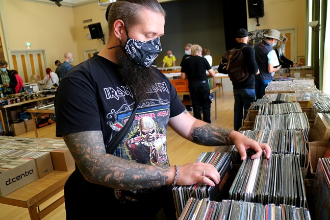 Mattias Blomqvist är en gedigen samlare med 400 vinylskivor hemma. Under skivmässan söker han nya fynd.