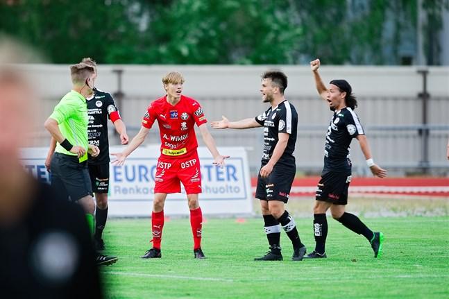 Domaren Toni Pohjoismäki drar fram det gula kortet åt en förvånad Albin Björkskog i Jaro i matchen mot MuSa.