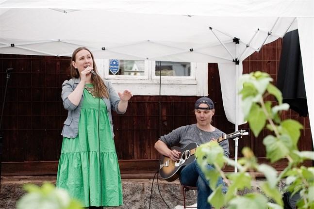Kusinerna Riippa, Jessica och Niko Riippa, när de uppträdde på Skorpan under Jakobs dagar.