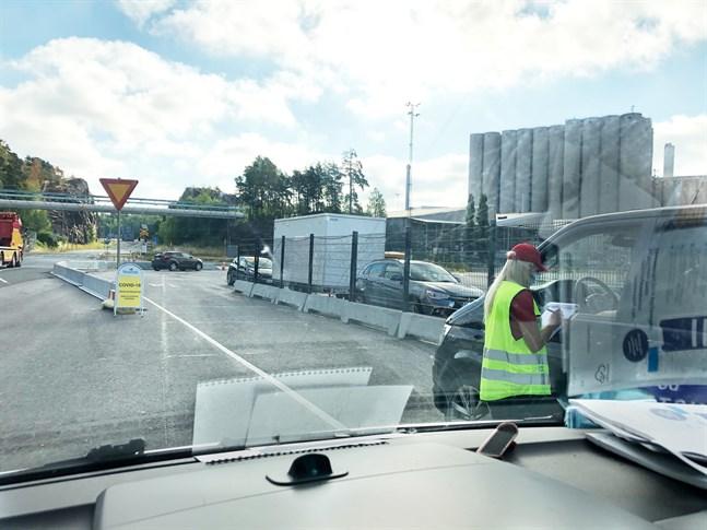 Så här kan det se ut vid hälsogranskningen. Hälsovårdarna granskar resenärernas papper och gör vid behov covidtester. Bilden är från Nådendal.