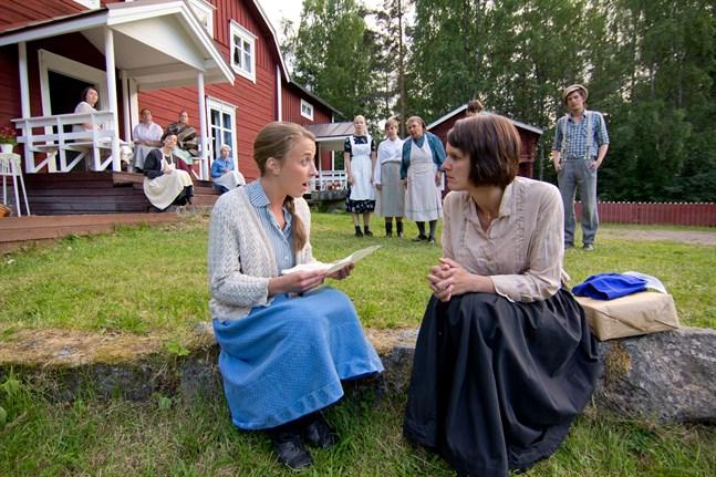 """""""Lumpänglar"""" av Annika Åman, spelades 2013–2014 och handlar om Masunaran vid Oravais Fabrik, framför allt de kvinnliga arbetarna vid textilfabriken. På bilden Alexandra Mangs som Alma Laakso och Lena Österberg som Jepo-Fina. De har de rollerna också i """"Glimtar från Kyroboas""""."""