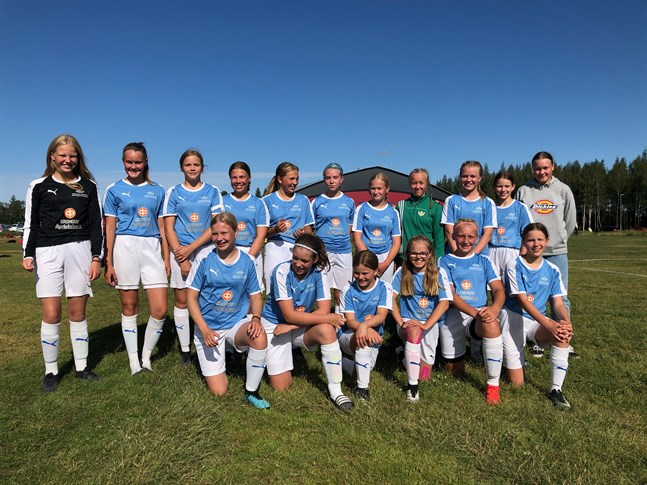 Här är det Kronoby YJ:s 2008-födda spelare. Glada flickor efter 7-0 över HauPa. Inga insläppta mål i gruppspelet och nu väntar kvartsfinalmatch på lördag.