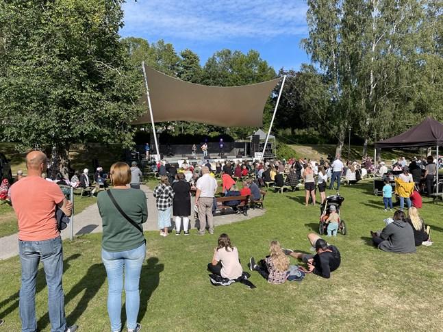 Alva Elle och Joel uppträder i Skolparken.