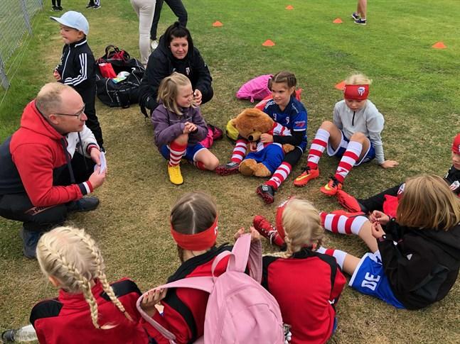 GBK:s 2013-födda flickor förbereder sig för match.