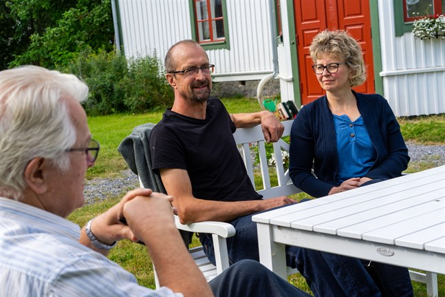 Också om det är i sista minuten råder Fjalar Fors, Glenn och Christina Strengell Jeppoborna att bekanta sig med MKB-programmet, där tre alternativ till elöverföring genom Jeppo beskrivs.
