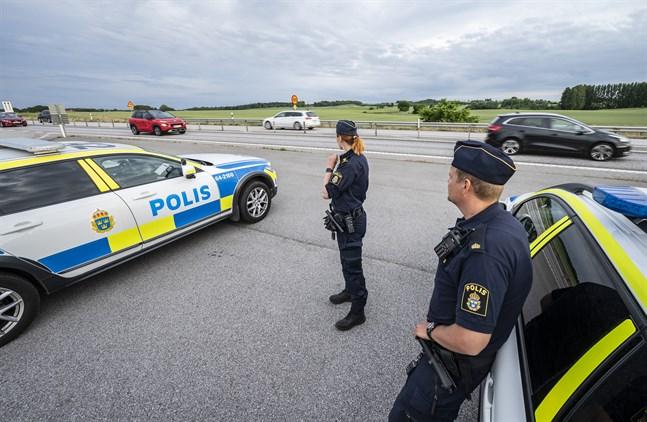Polisen hårdbevakar E65 där någon eller flera personer under en månad har kastat stenar mot danskregisterade fordon.