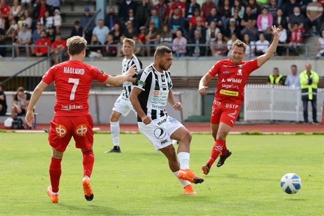 Albijon Muzaci i TPS hinner passa bort bollen innan Samuel Haglund och Markus Kronholm i Jaro anländer.