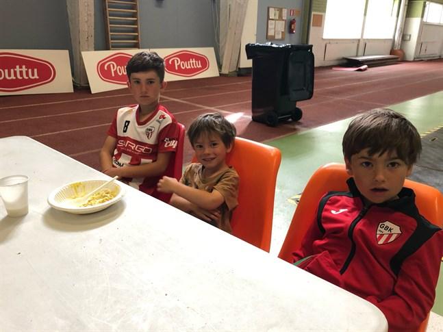 Ove, Max och Rio tycker om fotboll. Max har sin lunch på gång medan de övriga redan ätit.