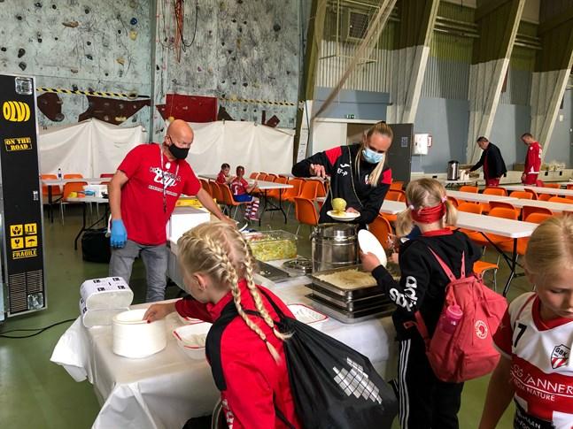 Bland andra GBK:s egna lag äter i jordbanehallen där Jan-Erik Widjeskog ser till att mat räcker för alla.
