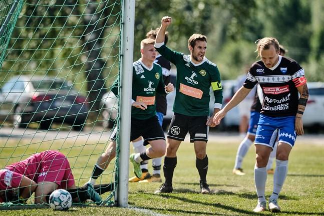 Sundom IF:s lagkapten Ludwig Siegfrids firar det första målet i division 3-matchen mot Virkiä.