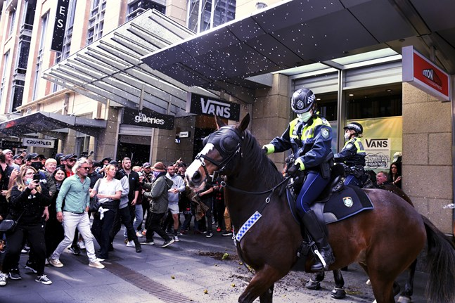 Polis i Sydney försöker hindra demonstranternas framfart.