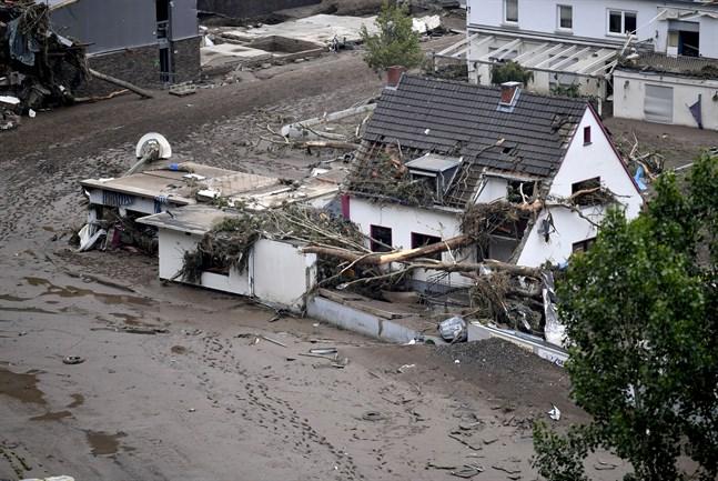 Lera täcker vägarna i staden Altenahr i västra Tyskland. En reporter som rapporterat om översvämningarna stängs av sedan det avslöjats att hon manipulerat rapporteringen.