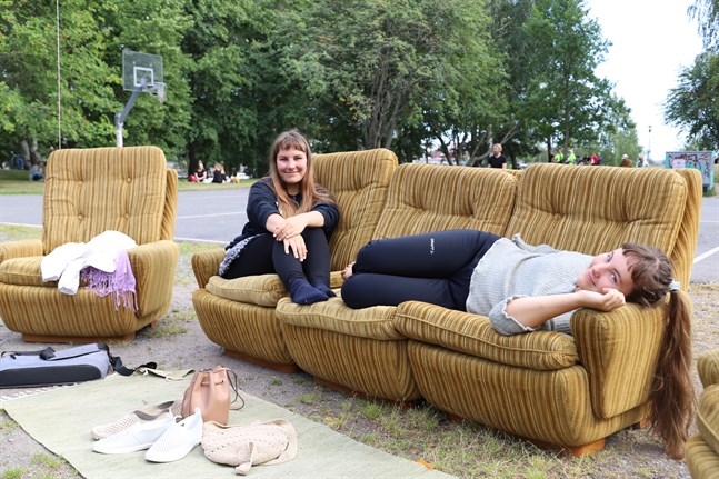 Wenla och Xenia Tunér gillar att arrangörerna har tagit fram soffor så att man kan känna sig som hemma.