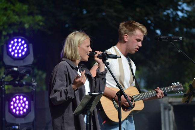 Alva Elle och Joel Sundqvist inledde med egna alster.