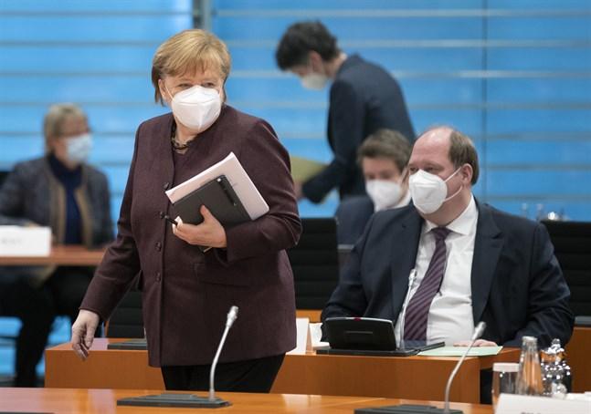 Tysklands förbundskansler Angela Merkels stabschef Helge Braun (till höger) varnar för tuffare tag mot ovaccinerade.