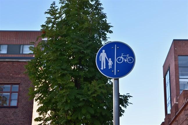 Att planera en säker väg mellan hem och skola är förälderns ansvar, enligt Trafikskyddet.