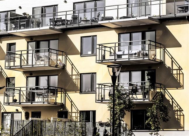 Att hålla värmen ute ur sitt hem när temperaturerna stiger är lättare sagt än gjort om man bor i lägenhet och inte får sätta solavskärmning på utsidan. Arkivbild.