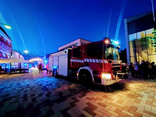 Tolv enheter från Mellersta Österbottens räddningsverk ryckte ut till centrala Jakobstad i natt.
