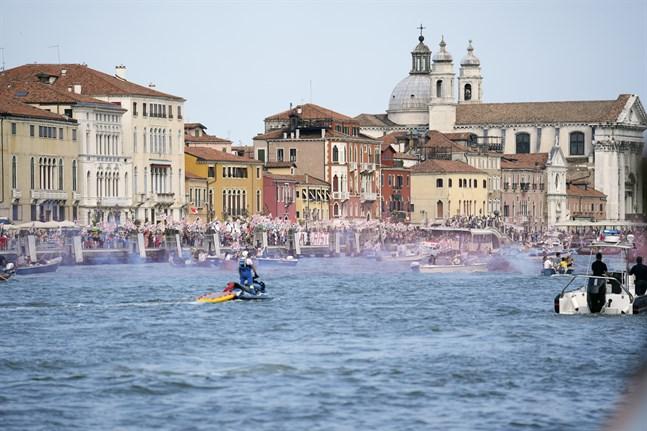 Venedig får vara kvar på FN-organet Unescos världsarvslista utan nedgraderad status ett tag till. Den italienska staden skulle klassas som hotad om man inte löste problemen med de kryssningsfartyg som lägger till i lagunen. Arkivbild.