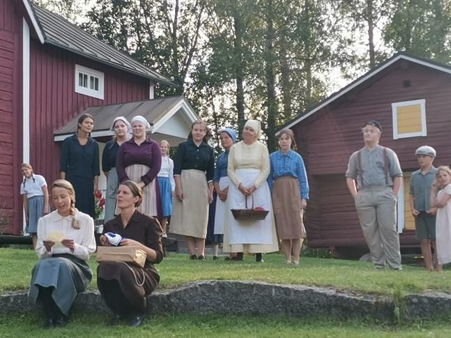 """Annika Åmans pjäs """"Lumpänglar"""", som uppfördes vid Kyroboas 2013-14, blev en stor succé för Oravais Teater."""
