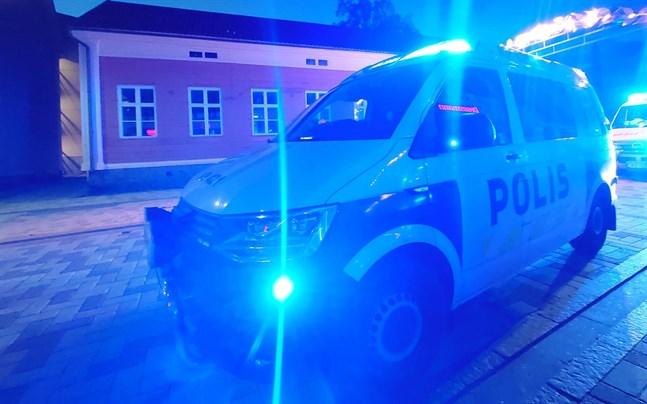 Polispatrull på gågatan i Jakobstad natten till söndag.