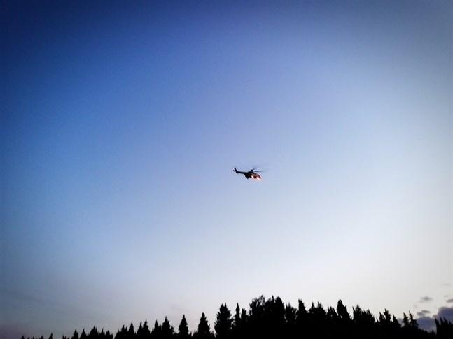 På lördagen anlände en räddningshelikopter från Åbo till Österhankmo för att hjälpa till att leta efter ett äldre par.