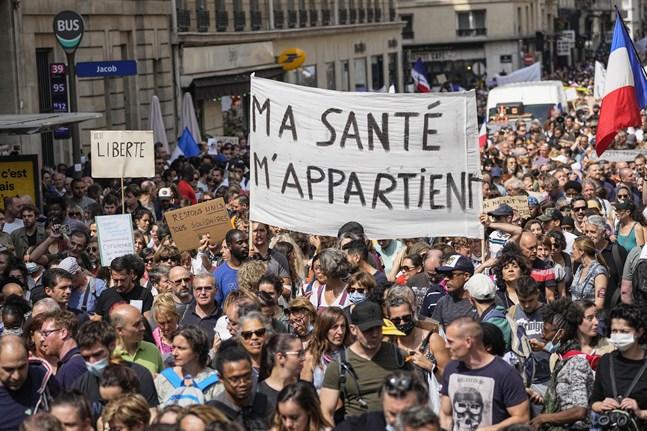 Antivaccindemonstranter protesterar i Paris. Arkivbild.