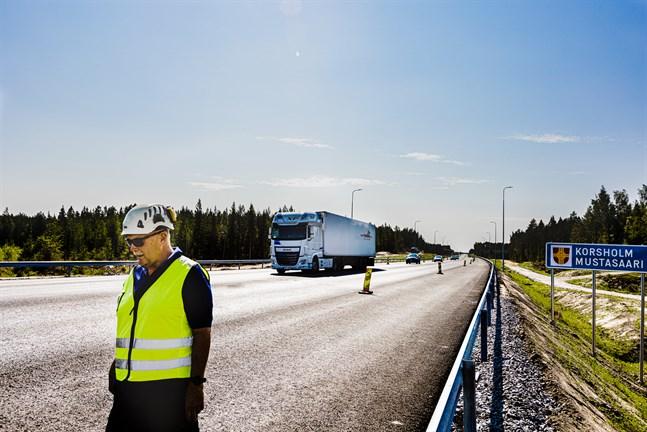 Arbetsplatschefen Tomas Cederberg vid den 20 meter breda fyrfiliga delen av vägen som snart öppnar i sin helhet.
