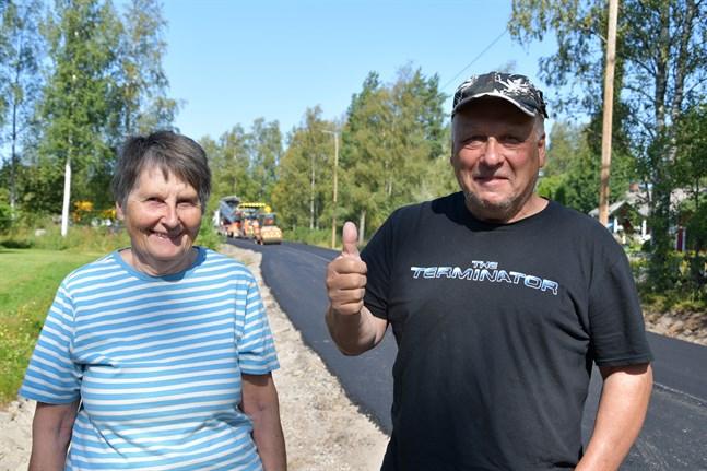 Mona och Sven-Erik Hällström har sommarstuga i byn och använder Nämpnäsvägen flitigt. De berömmer byborna som stått ut med vägens dåliga skick så här länge.