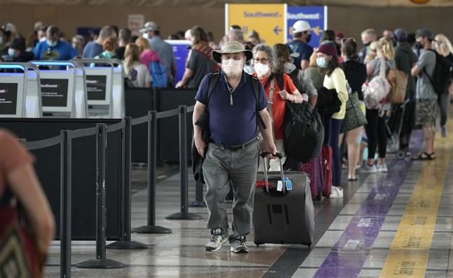 Resenär på Denvers internationella flygplats. USA förlänger sina inreserestriktioner. Arkivbild