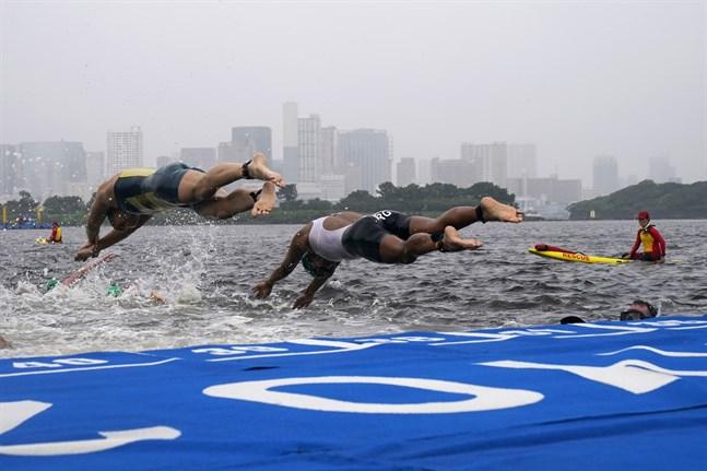 Damernas triathlon försenades på grund av vädret på tisdagsmorgonen, lokal tid.