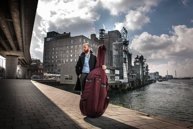 Rick Stotijn behövde få med sig sin kontrabas på flyget när han reste från Tyskland till Finland för att medverka i Musikfestspelen Korsholm.