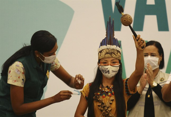 En kvinna från uitoto-folket vaccineras i Manaus i delstaten Amazonas, en delstat där gravida kvinnor har drabbats hårt.