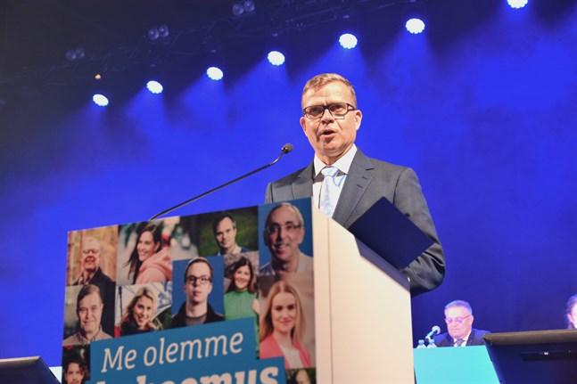 Samlingspartiet, med ordförande Petteri Orpo i spetsen, är nu landets populäraste parti, visar Helsingin Sanomats mätning. Arkivbild.