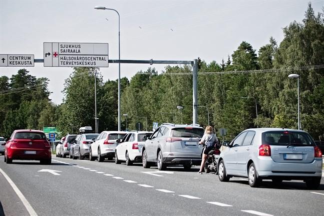 Vid 13-tiden ringlade bilkön långt ut mot rondellen på den tätt trafikerade Kållbyvägen.