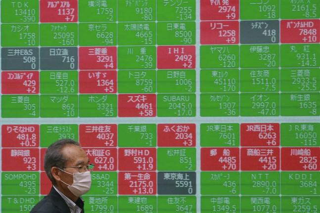 Tokyobörsen har inlett dagens handel med nedåtgående kurser.