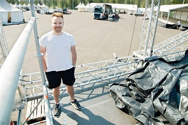 Promotorn Tommi Mäki på Karleby vinfests stora sen. Här ska rockbandet Europe och andra band spela på fredag och lördag.