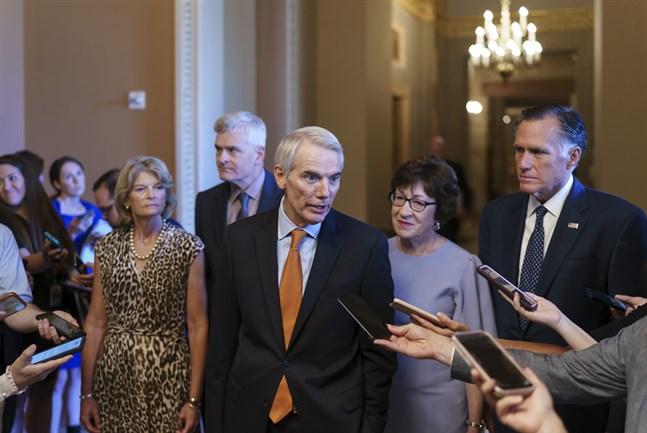 Senator Rob Portman och en grupp förhandlare från Republikanerna efter beskedet att senatorer i USA-kongressen kommit överens om en gigantisk infrastruktursatsning.