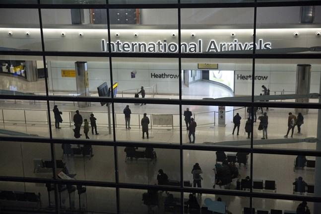 Resenärer i ankomsthallen på flygplatsen Heathrow i London. Snart kan resande från USA och EU slippa karantän vid inresa i England. Arkivbild