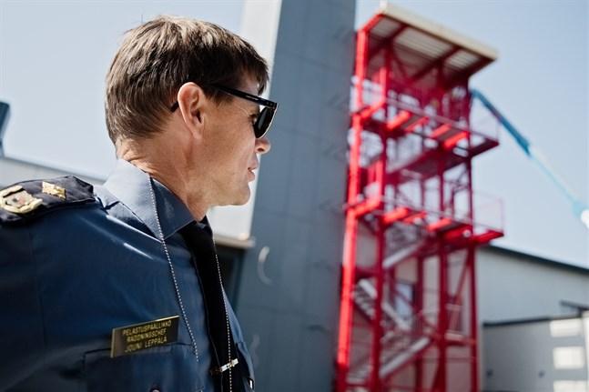 Räddningschef Jouni Leppälä ser fram emot flytten till den nya brandstationen. Stationen torde kunna stå klar redan i oktober men sedan tar det sin tid att få allt på plats.