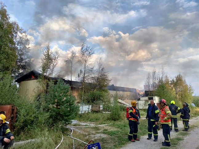 Det är ett före detta fryseri som började brinna på Kantlaxvägen i onsdags.
