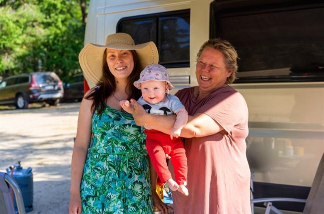 Vid storsand har Sara och Vibeke Nyholm inte sett till cyanobakterier. – Man blir lite orolig när barnbarnen är med, då vill man ju veta hur läget ser ut , säger Vibeke som håller Leah Nyholm i famnen.
