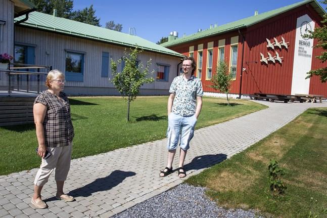 När kommunen skulle bygga en ny skola lyckades örådet på Bergö finansiera så att ett serviceboende byggdes i en sidobyggnad på samma gång. – Det har väckt uppmärksamhet i hela EU, säger Britt-Mari Söderholm och Peter Urwäder.